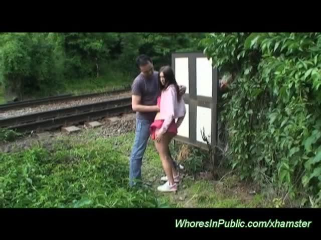 Namorada assanhada fazendo sexo com namorado na linha do trem
