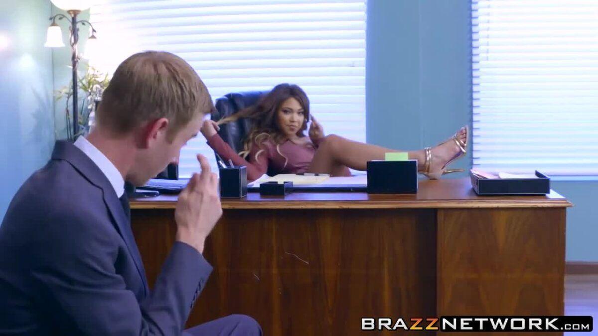 Cliente trepando com sua advogada devassa e gostosa no escritório dela