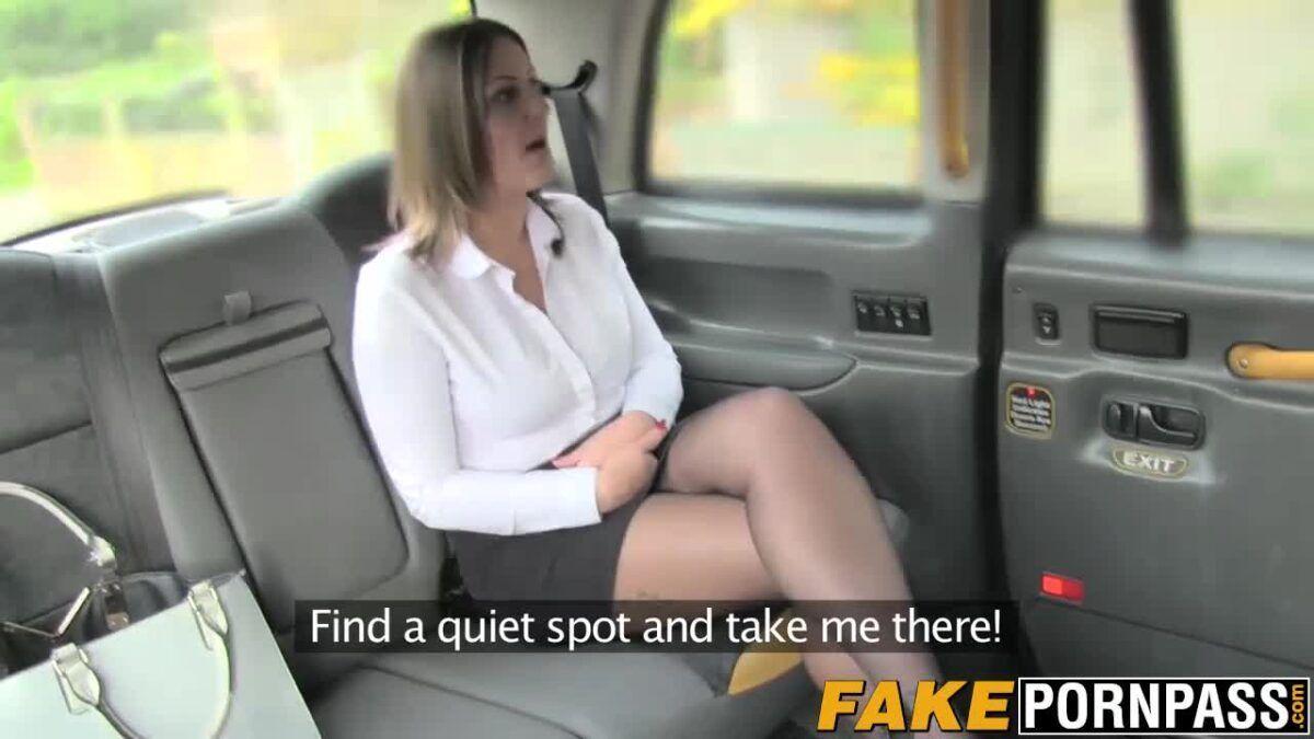 Taxista para o táxi no meio do caminho para comer a passageira executiva