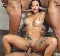 Orgia anal com morena tarada sendo enrabada pelos amigos do porno