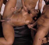 Orgia com mulata atrevida e muito gostosa transando com vários homens